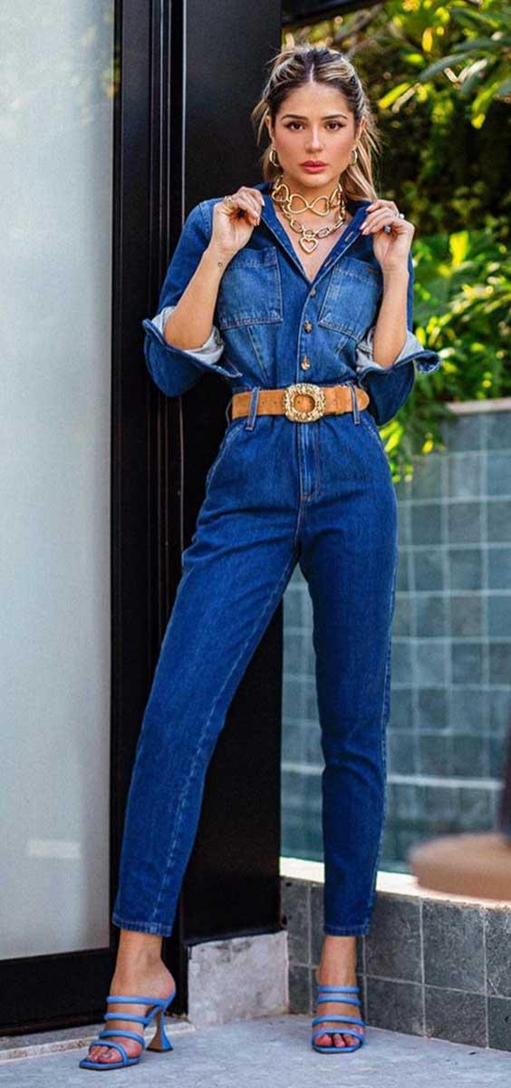 macacão jeans, cinto caramelo, sandália de tiras de bico quadrado
