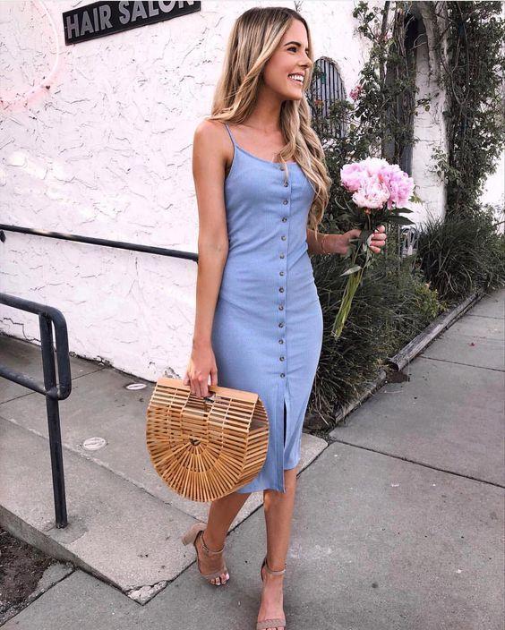 vestido com botões azul, bolsa de palha