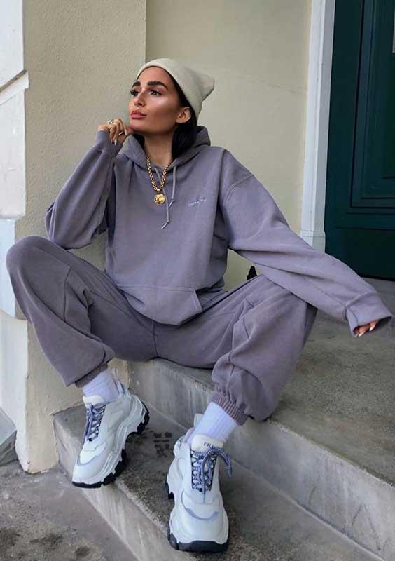 conjunto de moletom cinza e chunky sneaker