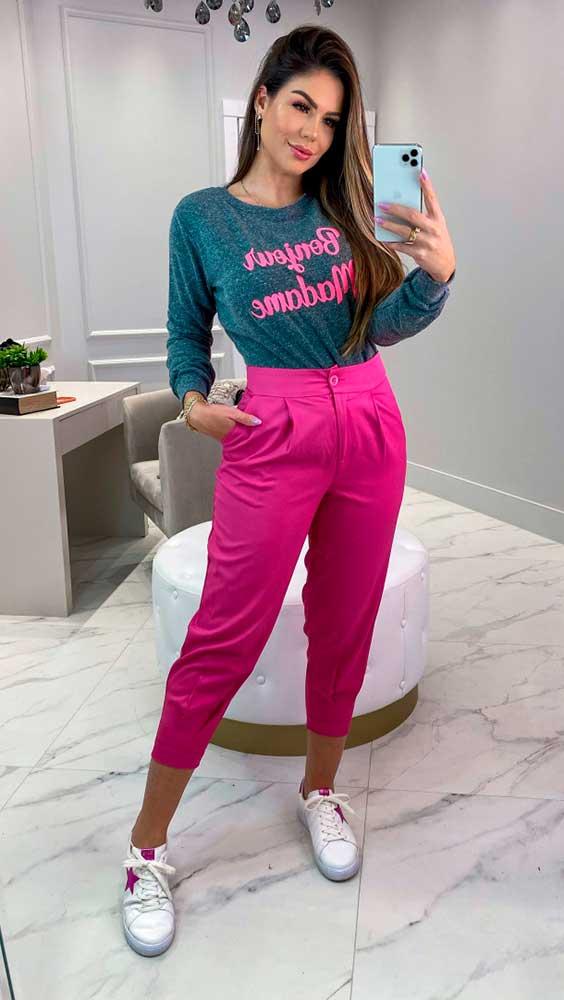 blusa cinza de manga e calça de alfaiataria rosa