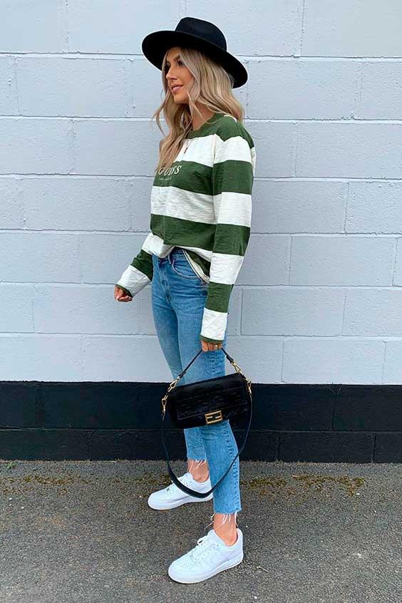 suéter listrado verde, chapéu fedora, calça jeans e tênis branco