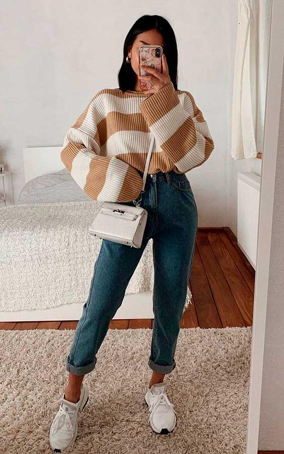 peças listradas, suéter amarelo e mom jeans