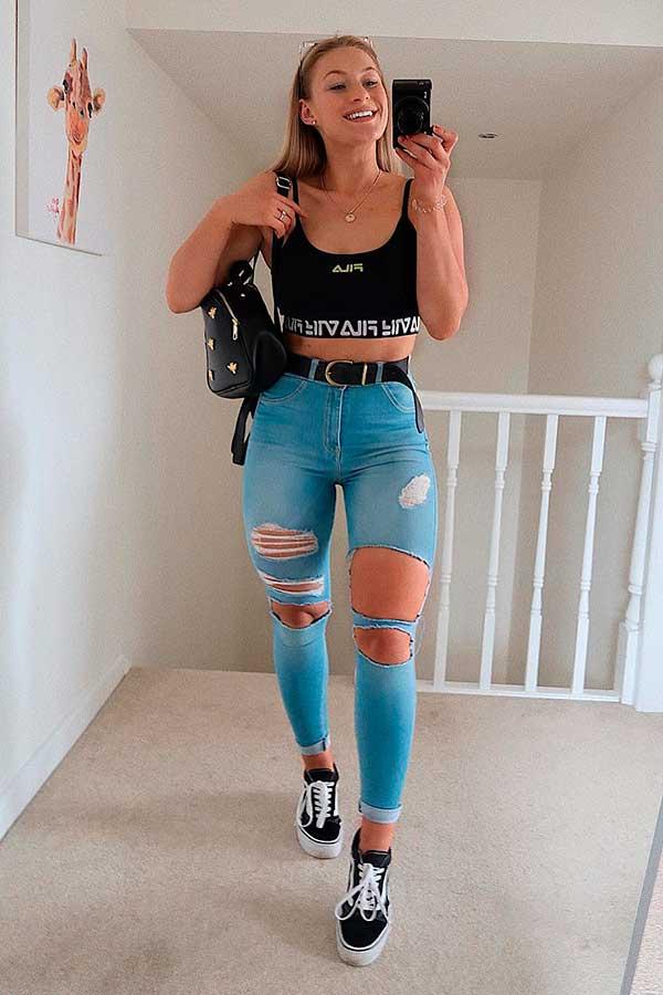 cropped top preto, calça jeans destroyed e tenis vans