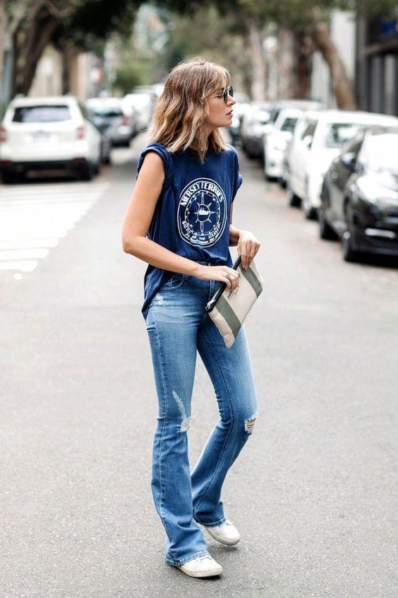 t-shirt azul, calça falre jeans
