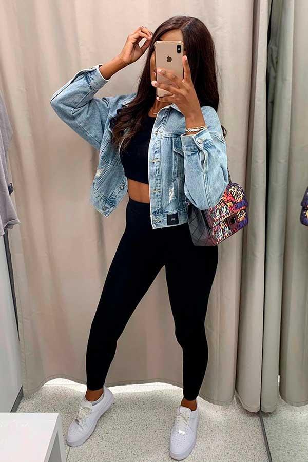 calça legging preta e jaqueta jeans cropped