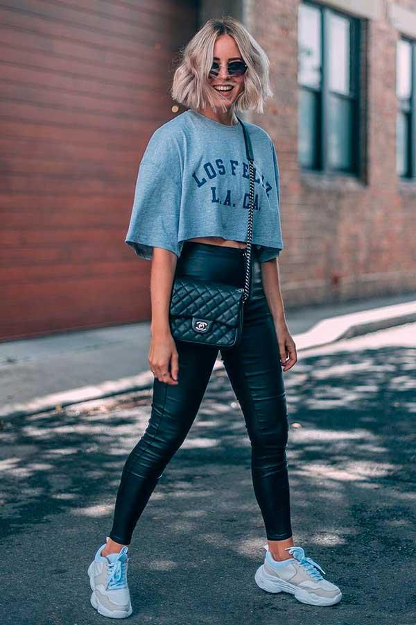 produções básicas, t-shirt cropped e calça legging de couro