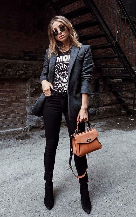 blazer cinza, t-shirt de banda e calça perta