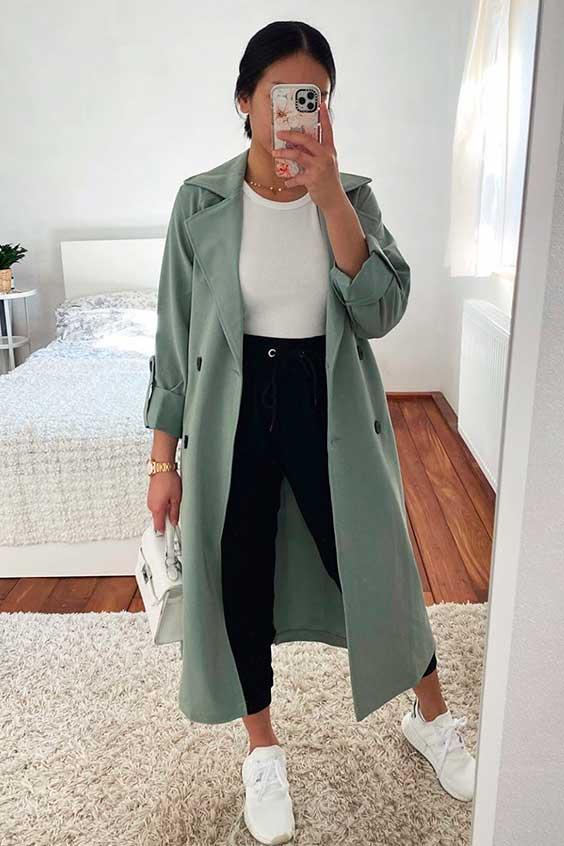 blusa branca calça preta com trench coat
