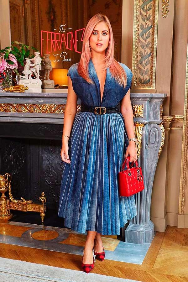 peças coloridas, vestido plissado azul e bolsa vermelha