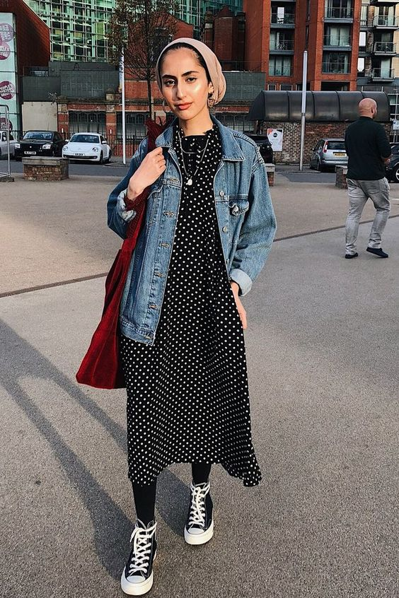 vestido midi com meia-calça e jaqueta jeans