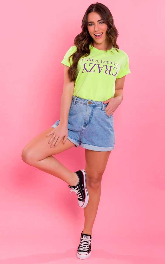 blusa amarela, short jeans e tênis
