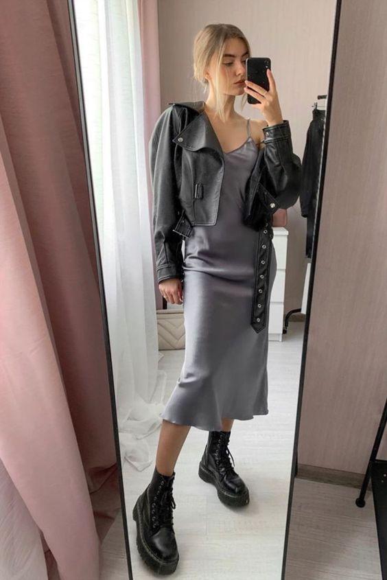 jaqueta de couro e coturno, vestido midi de cetim