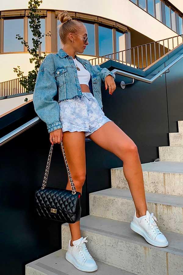 alizia zuschlag, jaqueta jeans, shortinho e tênis