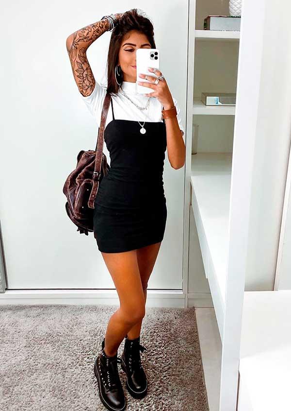 sobreposição com t-shirt branca e vestido tubinho preto