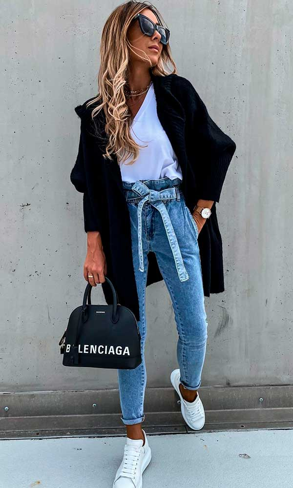 Combos, maxi casaco, blusa branca e calça clochard jeans