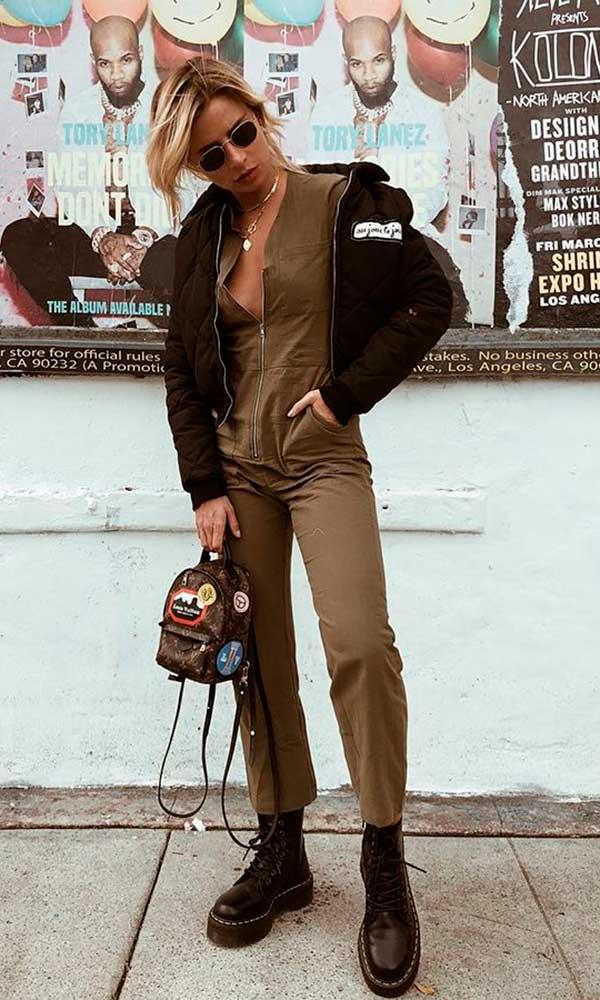 coturno e jaqueta preta