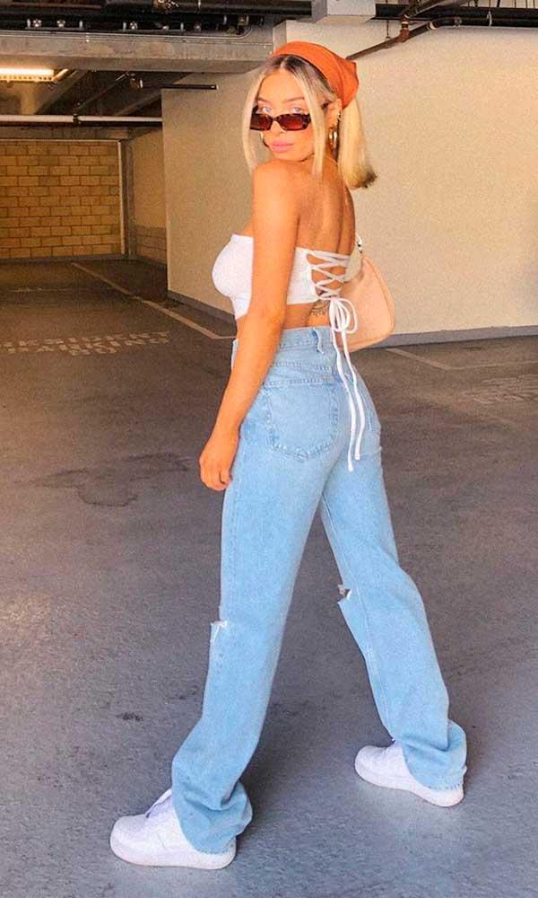 top faixa, calça jeans reta, tênis branco