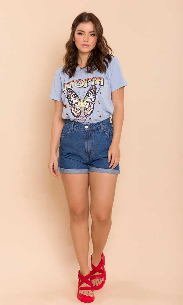 cool com t-shirt azul, short jeans e sandália vermelha