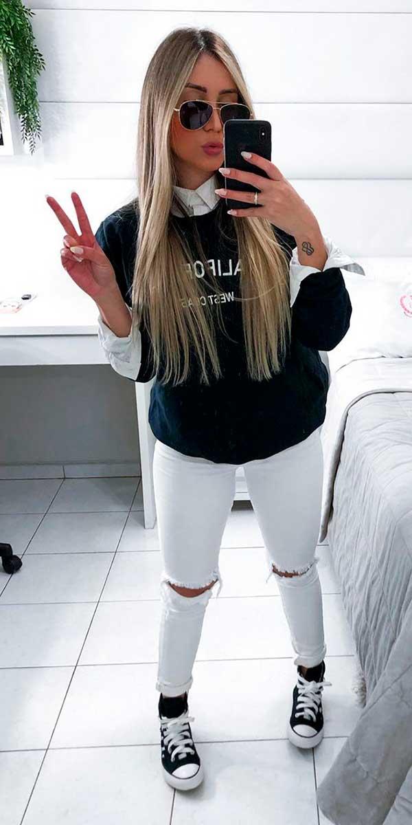 sobreposição com suéter preto, camisa branca e calça branca
