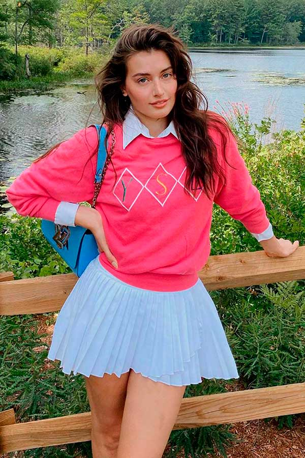 combinações preferida, sobreposição com suéter, camisa branca e saia branca