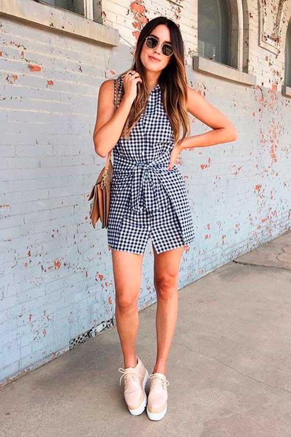 vestido xadrez vichy e tênis branco