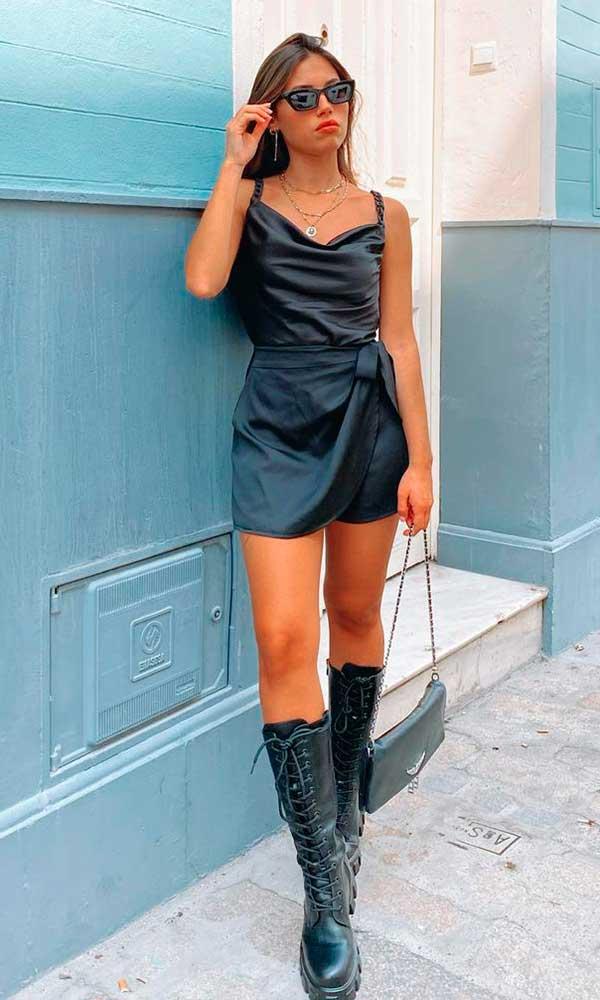 look all black, vestido de cetim e bota de cano alto