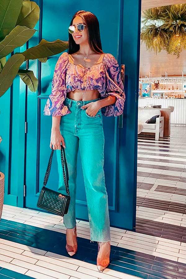 Primavera, cropped flroal de mangas bufantes, calça jeans de cintura alta e scarpin