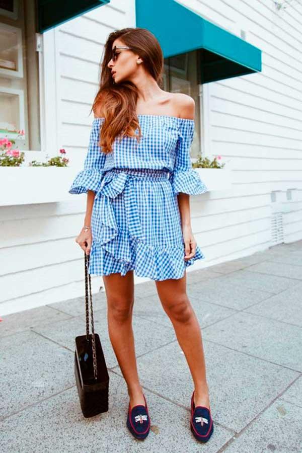 vestido xadrez vichy azul com decote ombro a ombro e flat mule