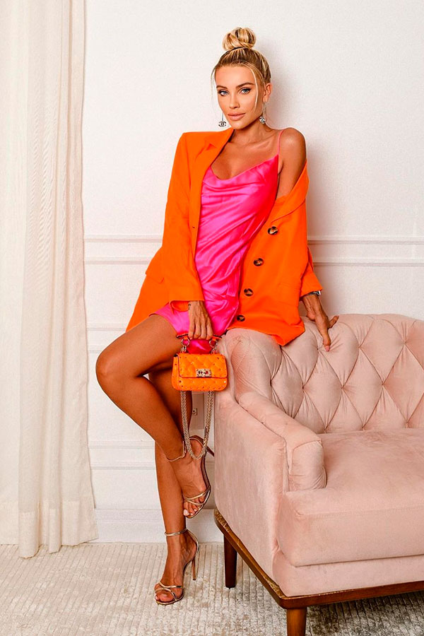 blazer laranja, slip dress rosa e sandália dourada
