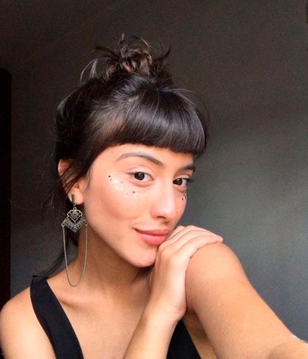 franjinha curta, coque no topo da cabelça