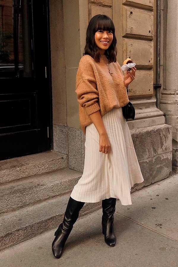 Katie Cung, suéter camelo, saia midi e bota