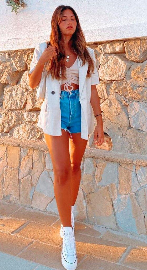 blazer branco, short jeans e all star plataforma