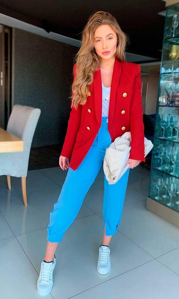 blazer vermelho e calça social azul