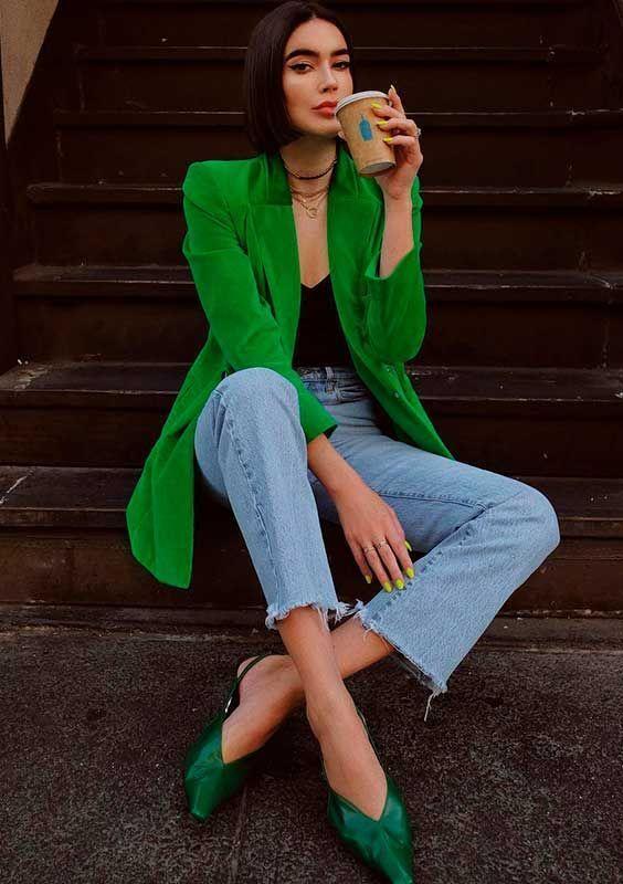 blazer verde, calça jeans e slingback