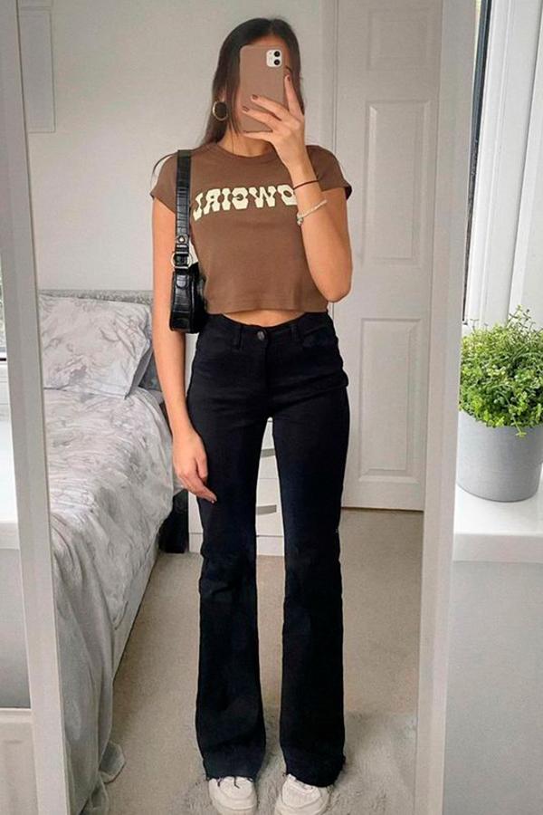 t-shirt cropped, calça flare preta e tênis branco