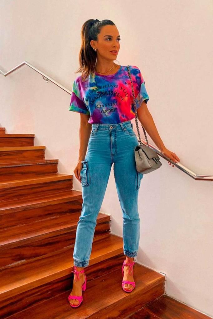 blusa tie-dye, mom jeans e sandália de tiras vermelha