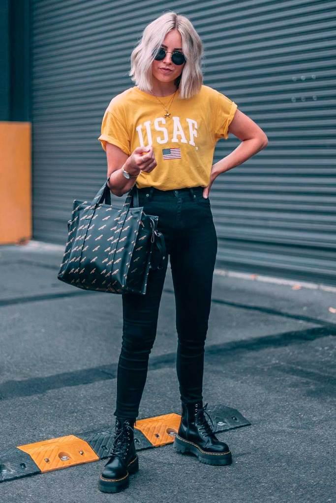 t-shirt colorida amarela, calça perta e coturno perto