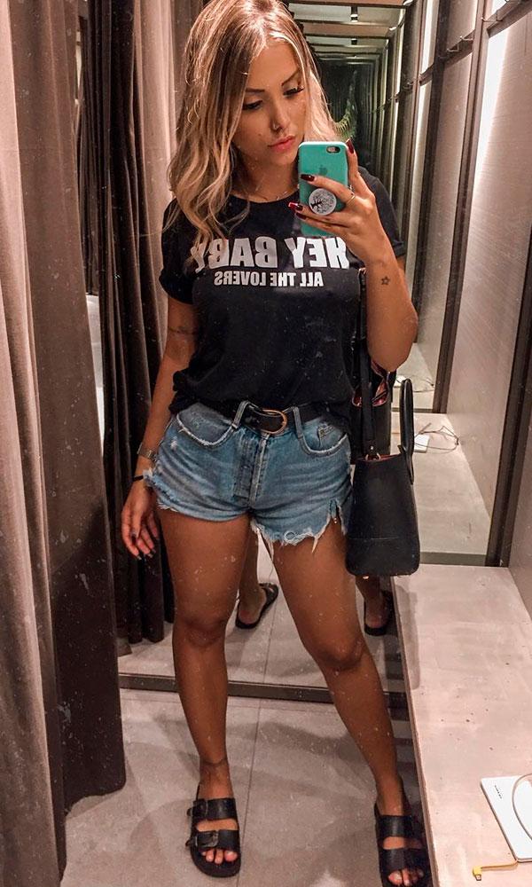 slogan t-shirt, short jeans desfiado e papete