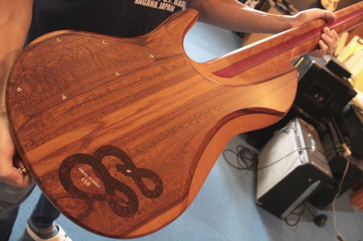 STR DSC549:ボディ裏のスネークウッド材