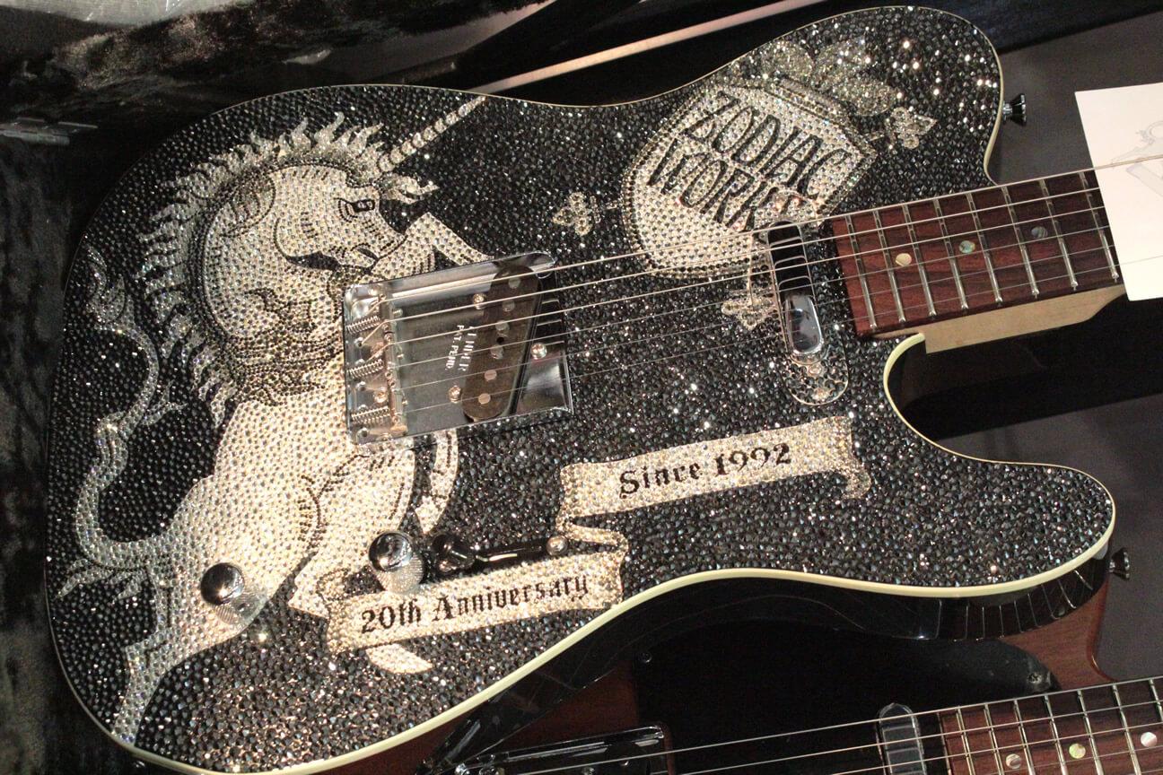 スワロフスキーを敷き詰めたギター
