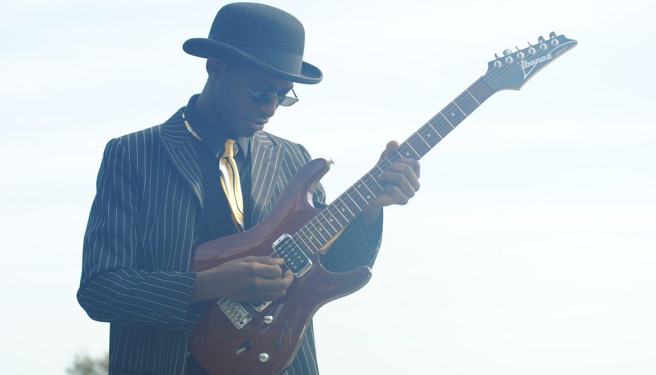 アドリブ演奏をギターで演奏するブルースマン