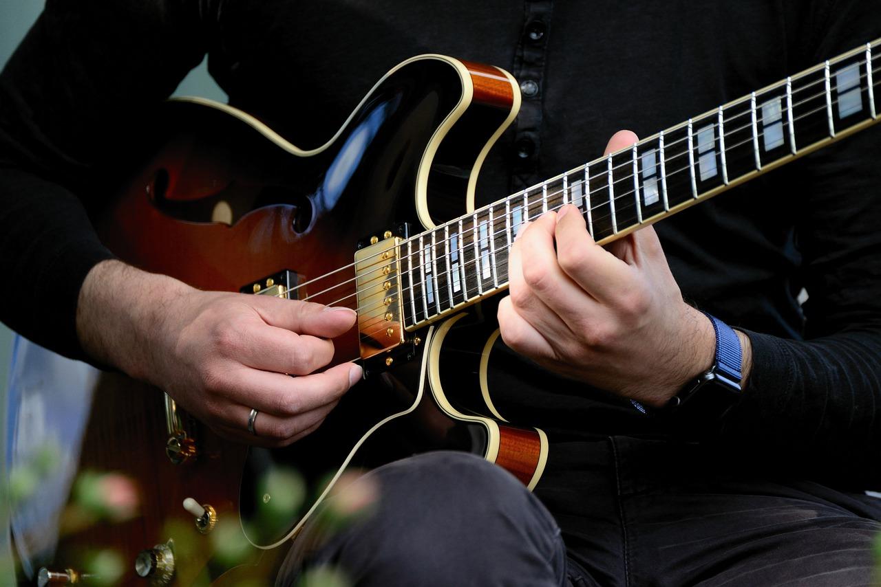 アドリブを弾くジャズギタリスト