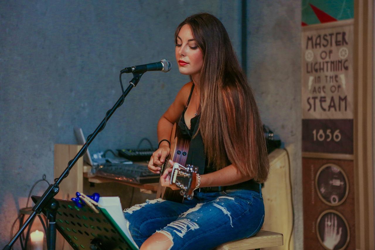 アコギで弾き語りライブをする女性シンガーソングライター