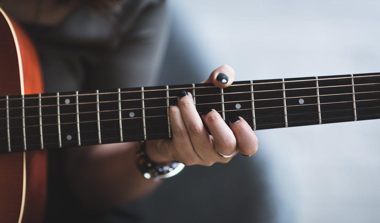 ソロギターを弾く女性