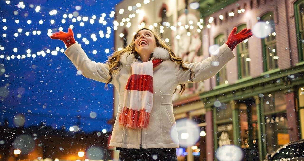 クリスマスにジングルベルを聴く女性