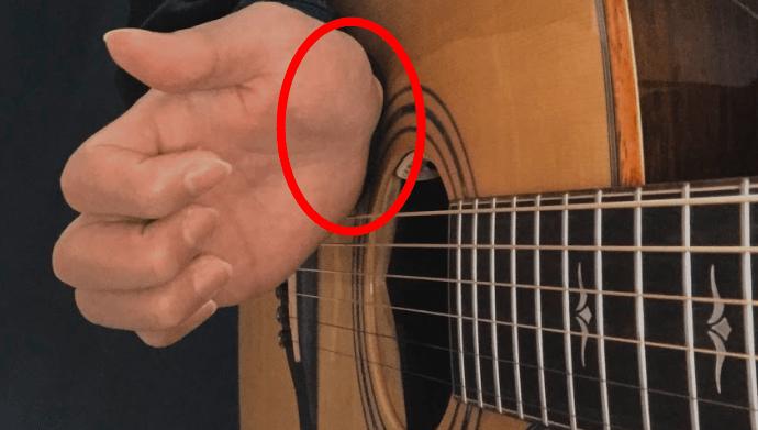 スラム奏法でバスドラム音を鳴らしているギター