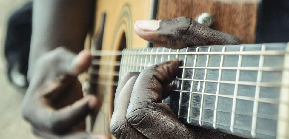 モノトニックベース奏法でブルースギターを弾くギタリスト