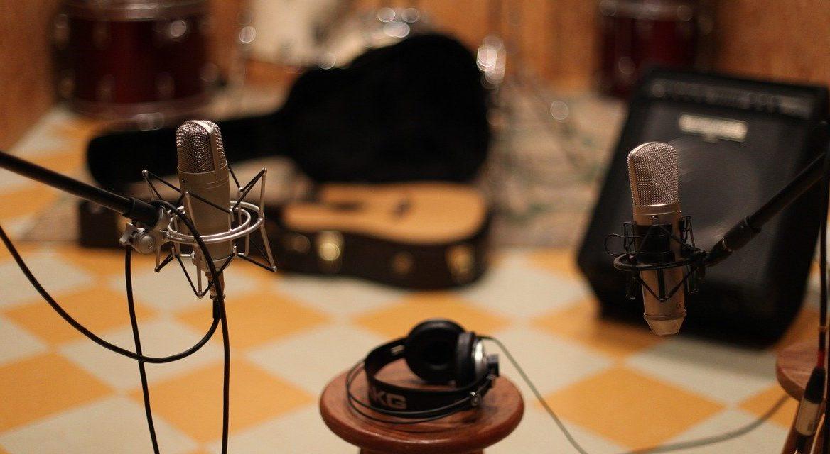 スタジオでギターをレコーディングするコンデンサーマイク