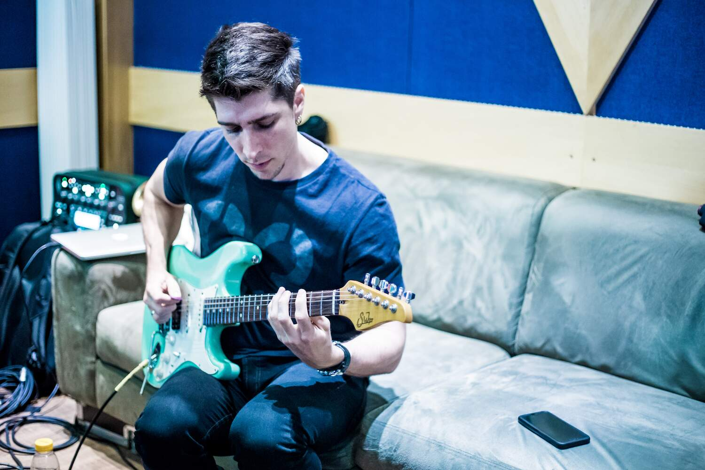 "Lucas Bittencourt gravando o álbum ""A Time to Remember"""