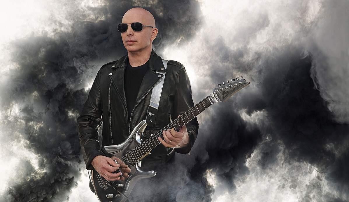 Joe Satriani em uma nuvem de fumaça